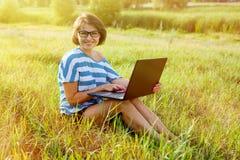 Schöne Frau mit einem Laptop Lizenzfreie Stockfotografie