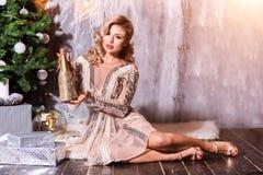 Schöne Frau mit einer Champagnerflasche stockfotos