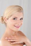 Schöne Frau mit einer gesunden Haut Lizenzfreies Stockfoto