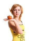 Schöne Frau mit einer Tomate stockbilder