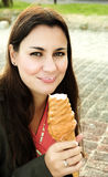 Schöne Frau mit Eiscreme Stockbild