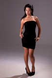 Schöne Frau mit elegantem schwarzem Kleid lizenzfreie stockfotos
