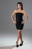 Schöne Frau mit elegantem schwarzem Kleid lizenzfreie stockfotografie