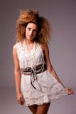 Schöne Frau mit elegantem weißem Kleid lizenzfreies stockbild