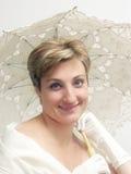 Schöne Frau mit fantastischem Regenschirm stockfotos