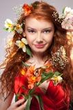 Schöne Frau mit Frühlingsblumen Stockfoto