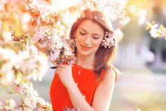 Schöne Frau mit Frühlingsblumen lizenzfreie stockbilder