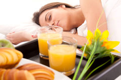 Schöne Frau mit Frühstück im Bett Stockbilder