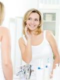 Schöne Frau mit frischer Haut des Gesichtes lizenzfreie stockbilder