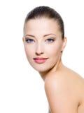 Schöne Frau mit frischer sauberer Haut Stockbilder