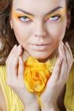 Schöne Frau mit Gelb stieg Stockbilder