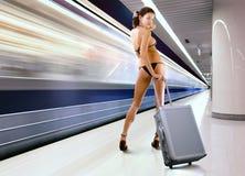 Schöne Frau mit Gepäck in der Untergrundbahn Stockbild