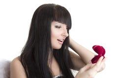 Schöne Frau mit Geschenk Lizenzfreies Stockfoto