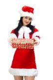 Schöne Frau mit Geschenk kleidete in Weihnachtsmann an Stockbild