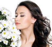 Schöne Frau mit geschlossenen Augen und Blumen Lizenzfreie Stockbilder