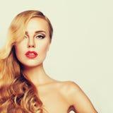 Schöne Frau mit gesunder Haut und dem langen Haar Stockfotografie