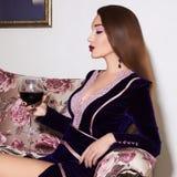 Schöne Frau mit Glas Wein Stockbilder