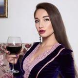 Schöne Frau mit Glas Wein Stockbild