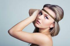 Schöne Frau mit Goldschmucksacheband Stockfotos