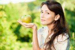 Schöne Frau mit grünem Apfel lizenzfreie stockfotos