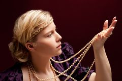 schöne Frau mit Halskette stockbilder