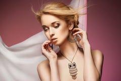 Schöne Frau mit Halskette und Ohrringen Lizenzfreie Stockfotos
