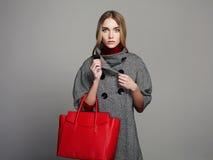 Schöne Frau mit Handtasche Schönheits-Mode-Mädchen im Überzieher Art und Weisefrau mit Beuteln Lizenzfreies Stockfoto