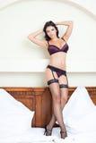 Schöne Frau mit heißer reizvoller Karosserie in der Wäsche Stockfotos