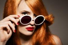 Schöne Frau mit hellem Make-up und Sonnenbrille Stockfoto