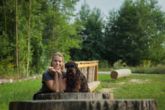 Schöne Frau mit Hund Stockbilder