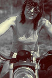 Schöne Frau mit ihrem Motorrad Stockbild
