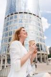 Schöne Frau mit Kaffee Stockfoto