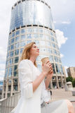 Schöne Frau mit Kaffee Lizenzfreie Stockfotografie