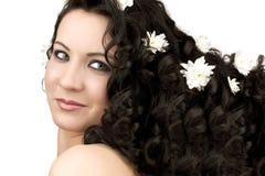 Schöne Frau mit Kamillenblume stockfoto