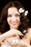 Schöne Frau mit Kamillenblume stockfotos