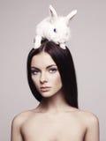 Schöne Frau mit Kaninchen Stockfotos