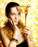 Schöne Frau mit Karnevalsschablone Lizenzfreie Stockbilder