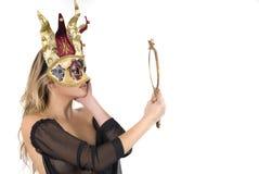 Schöne Frau mit Karnevalsvenedig-Schablone auf ihrem f Lizenzfreies Stockbild