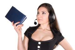 Schöne Frau mit Kopfhörer und Notizbuch Lizenzfreies Stockfoto