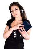 Schöne Frau mit Kopfhörer und Notizbuch Stockfotografie