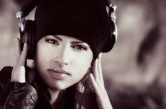 Schöne Frau mit Kopfhörern Stockfotos