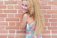 Schöne Frau mit langer Stellung des blonden Haares Stockfotografie