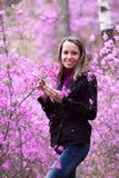 Schöne Frau mit lila Blume lizenzfreie stockfotos