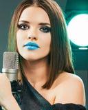 Schöne Frau mit Mikrofon Langes Haar Stockfoto