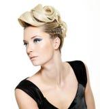 Schöne Frau mit moderner Frisur Lizenzfreie Stockfotos