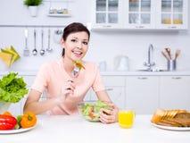 Schöne Frau mit Nahrung in der Küche Lizenzfreie Stockfotografie