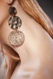 Schöne Frau mit Ohrringen. Schmucksachen und Schönheit stockbilder