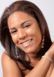 Schöne Frau mit Ohrringen und Armband Lizenzfreie Stockfotos