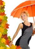 Schöne Frau mit orange Regenschirm Stockbild