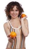 Schöne Frau mit Orangen. Stockfoto